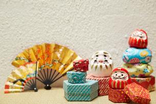 ミニだるまと千代紙で出来た箱とお手玉の写真素材 [FYI01459415]