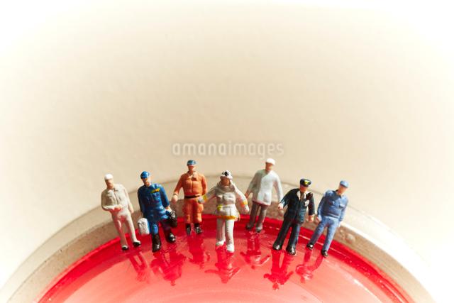 赤いランプの上の沢山の消防士の人形の写真素材 [FYI01459440]