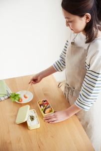 お弁当を作る若い女性の写真素材 [FYI01459453]