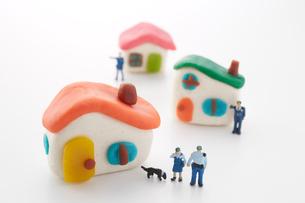 粘土の家と4人の警察官の人形と犬の写真素材 [FYI01459457]
