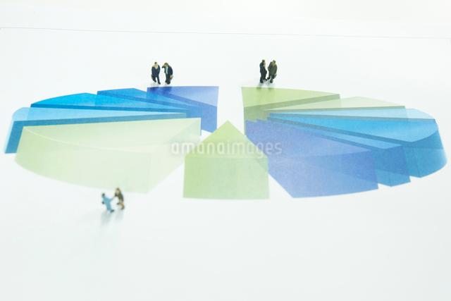 円グラフと沢山のサラリーマンの人形の写真素材 [FYI01459467]