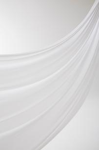 白背景にドレープ布の写真素材 [FYI01459468]