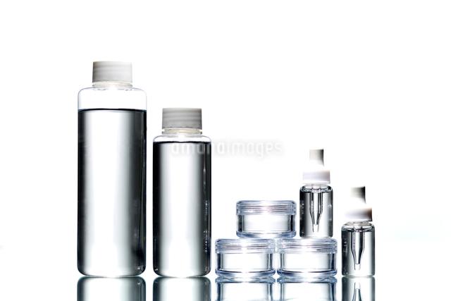 白い背景に色々な形のコスメのボトルの写真素材 [FYI01459484]