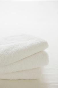 白い背景に白いタオルの写真素材 [FYI01459516]