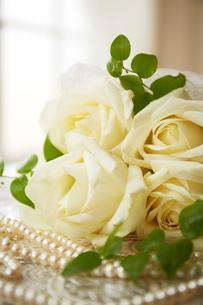 黄色いバラとパールのネックレスの写真素材 [FYI01459533]