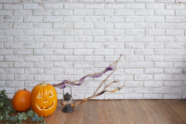 ハロウィンの飾りつけをした部屋の写真素材 [FYI01459553]