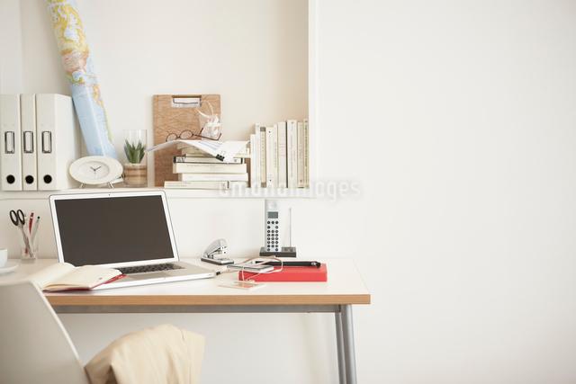 オフィス風景の机に置かれたノートパソコンの写真素材 [FYI01459557]