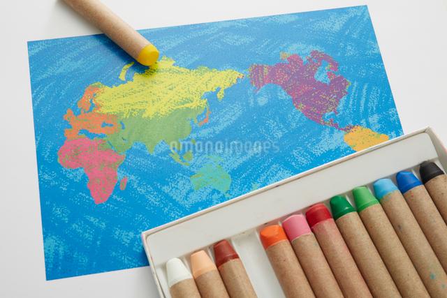世界地図とクレヨンの写真素材 [FYI01459584]