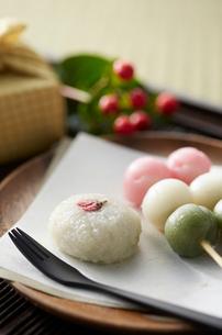 畳の上のおぼんの上に和菓子の写真素材 [FYI01459637]
