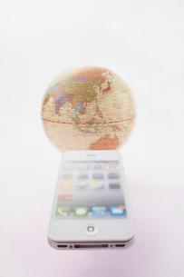 スマートフォンと地球儀の写真素材 [FYI01459645]