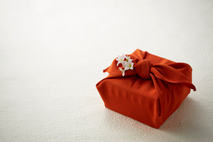 朱色の風呂敷で包んだ手土産の写真素材 [FYI01459649]