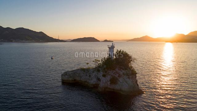ドローンによる広島湾夕暮れの安渡島灯台の写真素材 [FYI01459658]