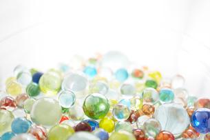 ビー玉とガラスの器の写真素材 [FYI01459664]