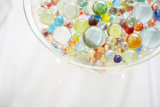 ビー玉とガラスの器の写真素材 [FYI01459698]