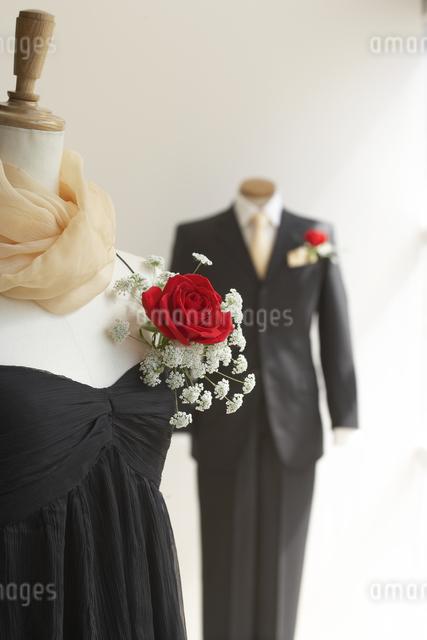 正装した人型に飾ったバラのブーケの写真素材 [FYI01459706]