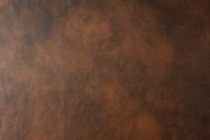 茶色のムラ塗りされた革素材の写真素材 [FYI01459708]