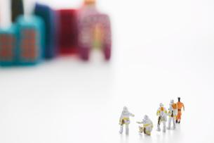 粘土のビルを見る5個の消防士の人形の写真素材 [FYI01459712]