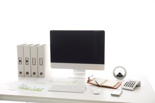 白い机のパソコンの写真素材 [FYI01459714]