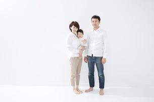 赤ちゃんを抱いたお母さんとお父さんの写真素材 [FYI01459754]