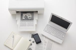 ノートパソコンとプリンターとスマートフォンの写真素材 [FYI01459802]