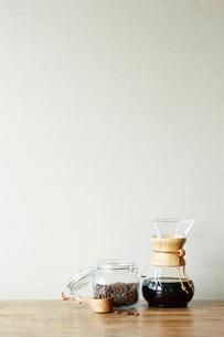 机の上のコーヒーセットの写真素材 [FYI01459813]