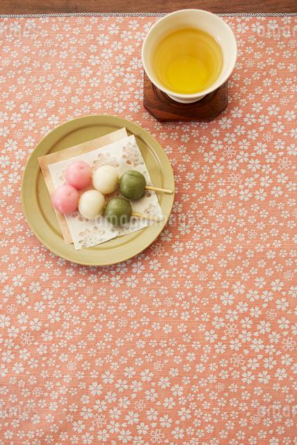 三色団子とお茶の写真素材 [FYI01459904]