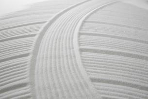 白砂で描いた曲線模様の写真素材 [FYI01459924]