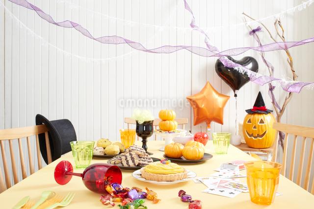 ハロウィンパーティーの準備中のテーブルの写真素材 [FYI01459958]