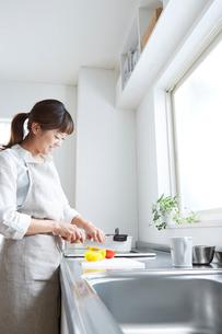 キッチンで野菜を切る女性の写真素材 [FYI01459970]