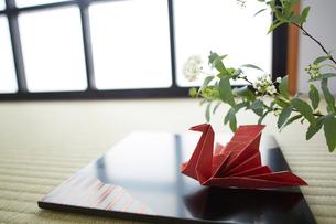 畳の上に置いてる折り鶴の写真素材 [FYI01459998]