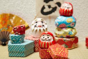 ミニだるまと千代紙で出来た箱とお手玉の写真素材 [FYI01460019]