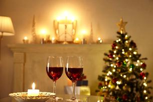 クリスマスツリーとワイングラスとキャンドルの有る部屋の写真素材 [FYI01460023]