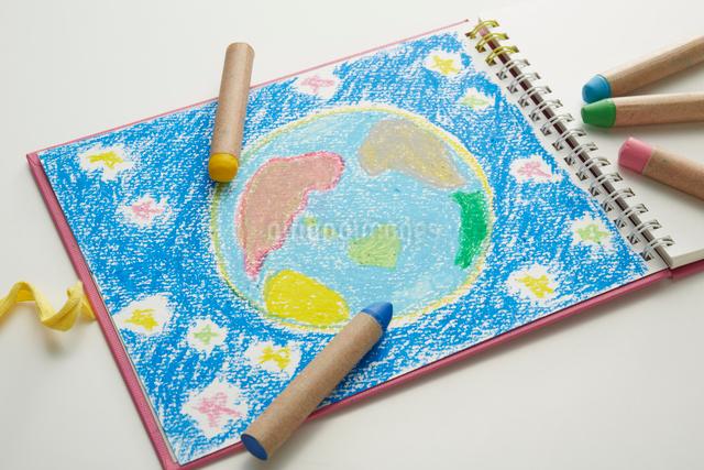 地球とクレヨンの写真素材 [FYI01460061]