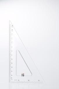 三角定規に座る2個の学生の人形の写真素材 [FYI01460082]