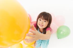 風船で遊ぶ女の子を上から撮影の写真素材 [FYI01460092]