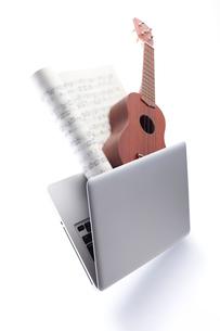 ノートパソコンとウクレレと楽譜の写真素材 [FYI01460135]