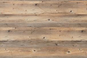 木目の目立つ木の板を並べているの写真素材 [FYI01460139]