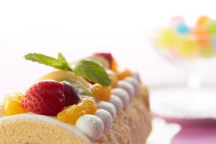 果物で飾り付けられたロールケーキの写真素材 [FYI01460141]