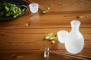 木テーブルの上の枝豆と冷奴と冷酒の写真素材 [FYI01460162]
