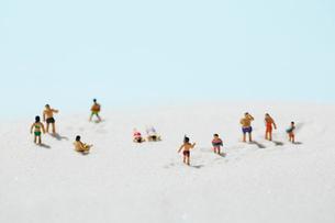 砂浜の水着姿の沢山の人形の写真素材 [FYI01460165]