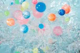 水に流される多数のカラフルなスーパーボウルの写真素材 [FYI01460168]