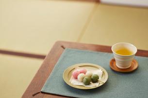 三色団子とお茶の写真素材 [FYI01460199]