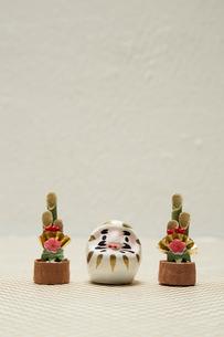 白いミニだるまとミニ門松の写真素材 [FYI01460206]