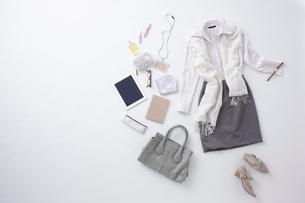 女性の服とタブレットPCと持ち物の写真素材 [FYI01460212]
