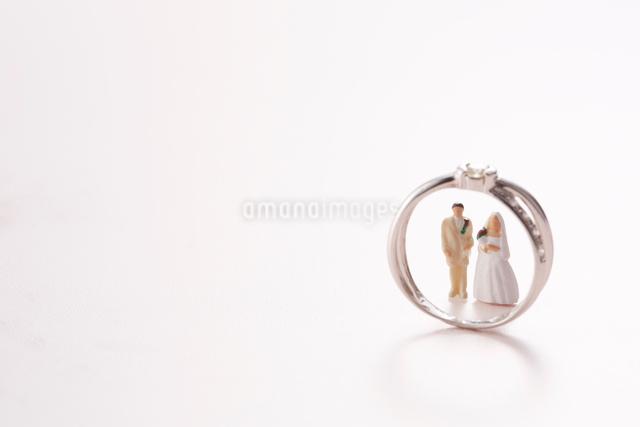 指輪の中に立つ新郎新婦の人形の写真素材 [FYI01460219]