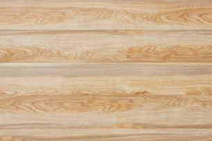 明るい木目の目立つ木の板を並べているの写真素材 [FYI01460246]