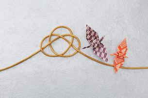 千代紙で折った鶴と金色の紐の写真素材 [FYI01460260]