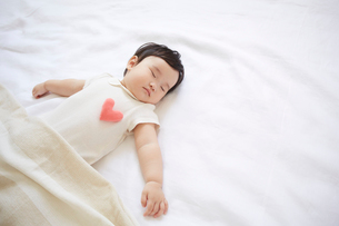 寝ている赤ちゃんの写真素材 [FYI01460274]