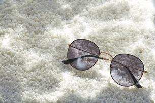 白い砂利に波紋が映った水中イメージとサングラスの写真素材 [FYI01460326]