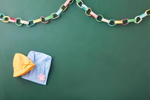 黒板天板の上の園児スモッグとガーランドの写真素材 [FYI01460346]